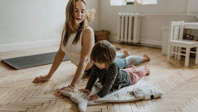 Evde Spor Yapan anne ve kızı